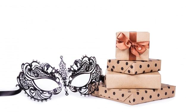 Masque de mascarade en métal et pile de cadeaux.