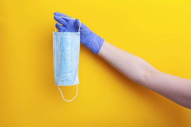 Masque médical chirurgical pour prévenir le virus respiratoire dans la main du médecin