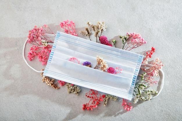 Masque médical et fleurs.