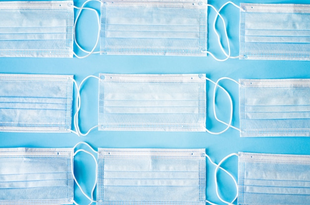 Masque médical masques de protection médicale sur fond bleu concept de soins de santé et médical