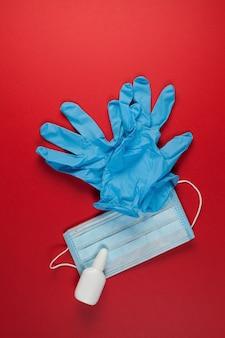 Masque médical, paire de gants en latex et protection en gel alcoolique contre la pollution et le covid-19.
