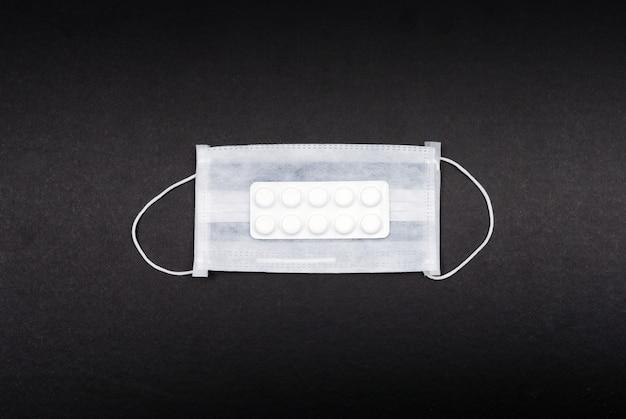 Masque médical et pilule vue de dessus