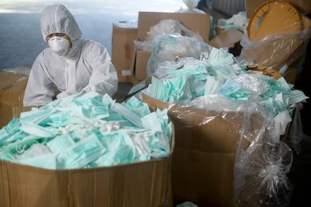 Masque médical utilisé dans les usines de recyclage des déchets pendant le covid-19 et la pandémie.