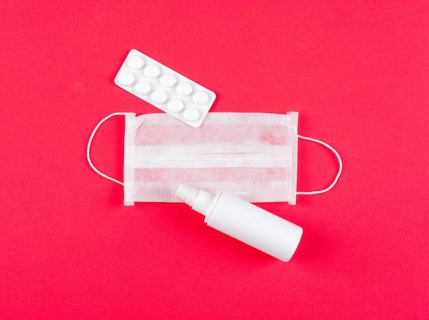 Masque médical vue de dessus avec pilulier et vaporisateur