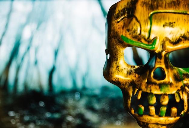 Masque métallique effrayant