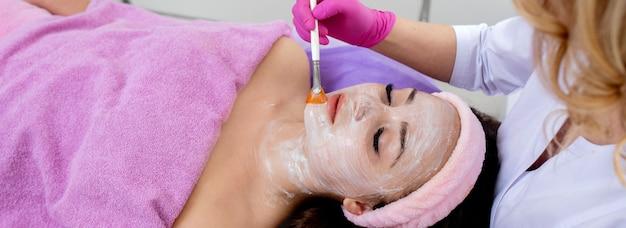 Masque peeling visage, soin beauté spa, soin de la peau