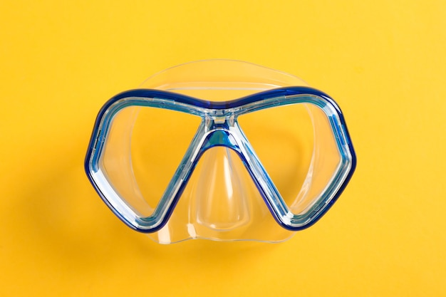 Masque de plongée sur fond jaune, espace pour le texte