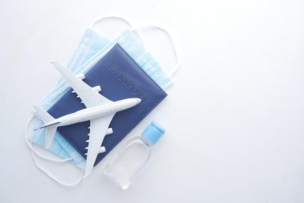 Masque de protection avion et passeport de couleur bleue sur table