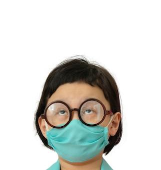 Masque de protection chirurgical de couleur verte sur le visage de la robe du médecin asiatique, les yeux lèvent les yeux, portrait en tête, isolé sur blanc avec espace de copie dans le concept de réflexion
