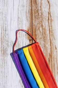 Masque de protection contre le covid-19 aux couleurs de l'arc en ciel. lgtb. lesbienne gay. concept de coronavirus