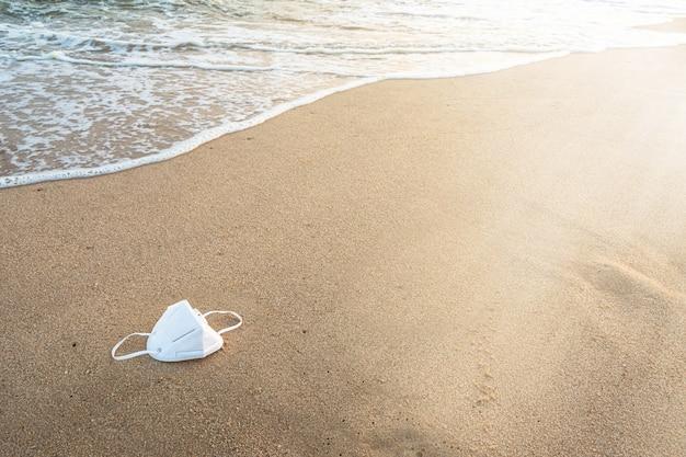 Masque de protection médical sur la plage.