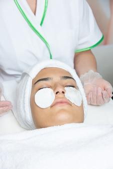 Masque de réparation sur le visage de la femme 1