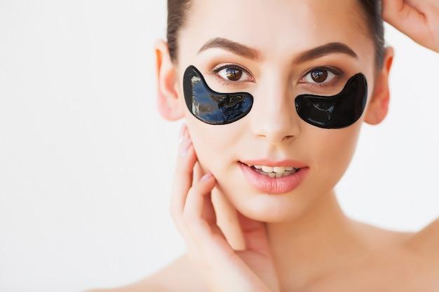 Masque de soins de la peaufemme avec des patchs noirs