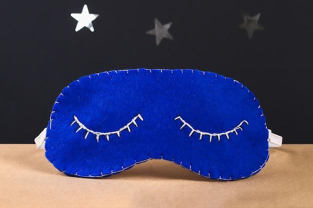 Masque de sommeil fait main en feutre, étoiles sur fond noir.