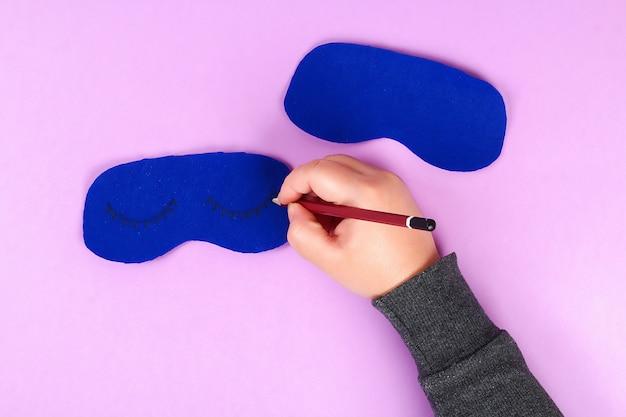 Masque de sommeil en feutre bleu diy avec fil blanc brodé