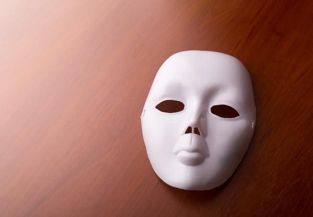 Masque de théâtre sur la table