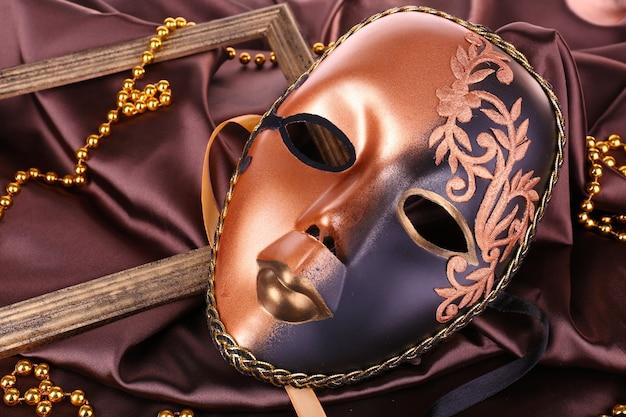 Masque sur tissu marron