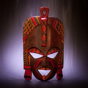 Masque traditionnel du kenya (en bois) avec effet de fumée utile pour les concepts