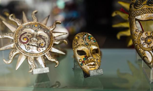 Masque vénitien au design doré - placé dans les magasins de venise