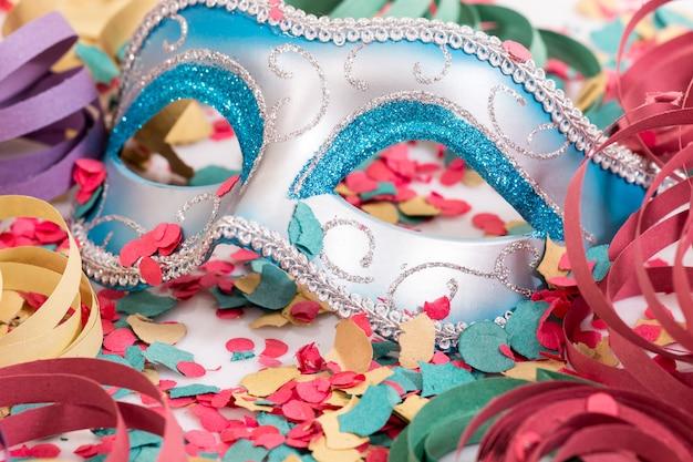 Masque vénitien avec des confettis