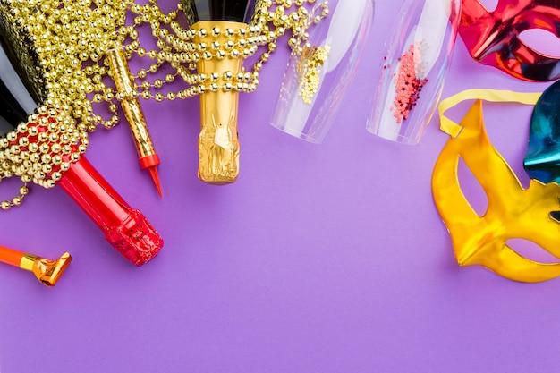 Masques de carnaval colorés avec des bouteilles de champagne