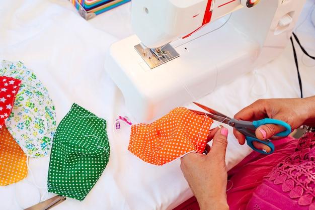 Masques de couture femme chez elle