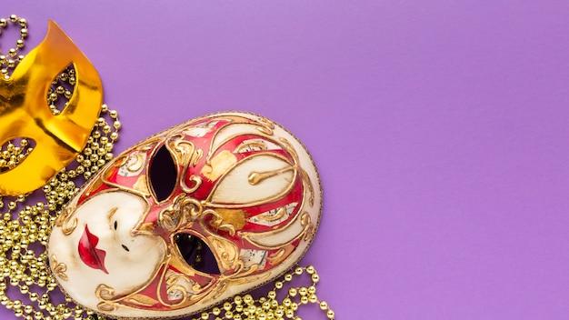 Masques dorés et élégants de carnaval mystère à plat