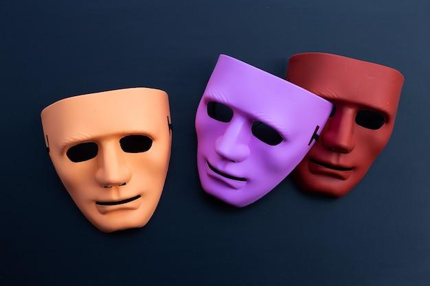 Masques faciaux sur une surface sombre. vue de dessus