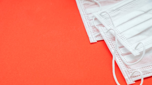 Masques de médecine sur fond rouge avec espace de texte.