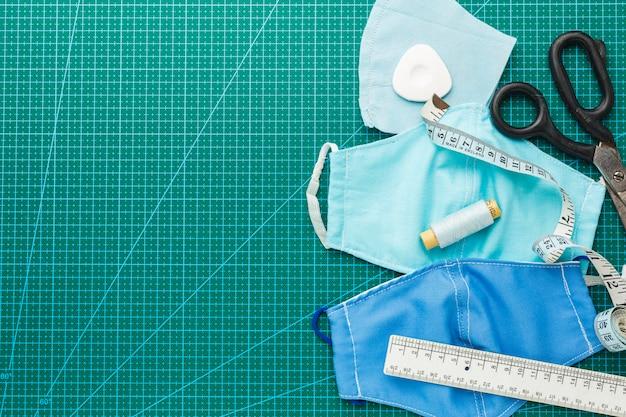 Masques médicaux avec ciseaux et ruban à mesurer