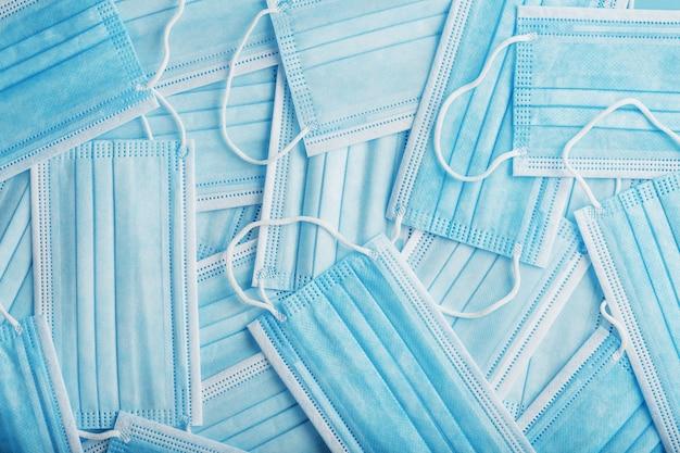 Des masques de protection médicale bleus sont dispersés