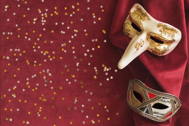 Masques vénitiens avec des confettis étoiles