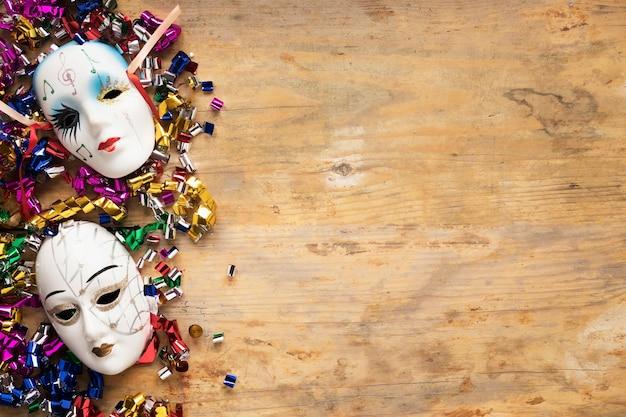 Masques vénitiens sur des confettis
