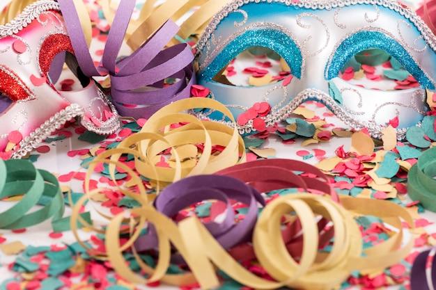 Masques vénitiens avec des confettis