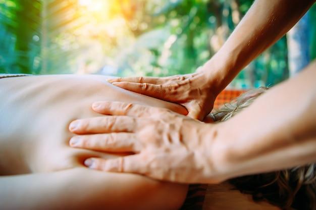 Massage d'acupression dans le centre de spa en plein air