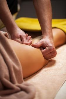Massage anti-cellulite dans un spa de luxe