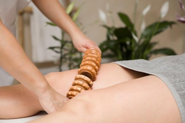Massage anti-cellulite maderotherapy avec masseur à rouleaux en bois