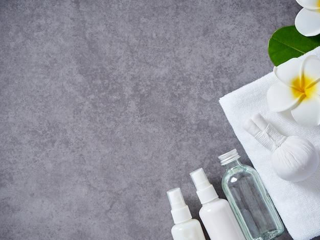Massage au spa avec compresse aux herbes et soin de la peau