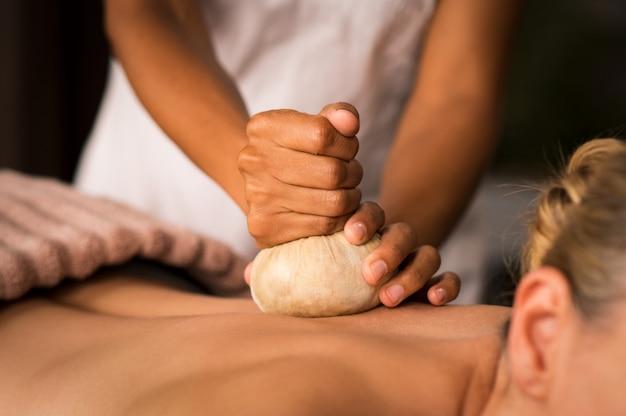 Massage ayurvédique pinda au spa