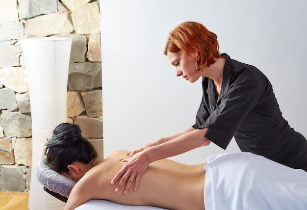 Massage dans la femme avec physiothérapeute