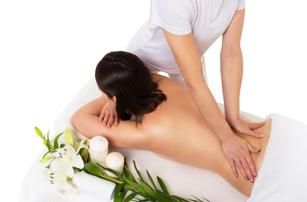 Massage du corps féminin sur fond blanc