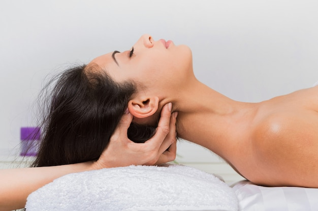 Massage du cou dans le centre de bien-être du spa