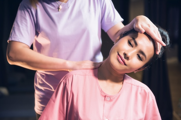 Massage du cou et des épaules thaïlandais au spa
