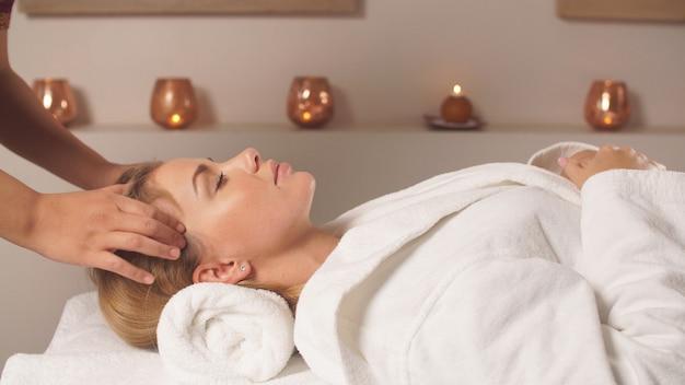 Massage du cuir chevelu. massage facial anti-stress.
