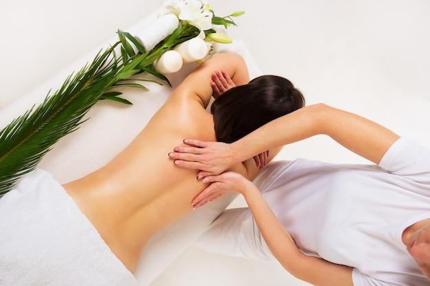 Massage du dos dans le salon spa