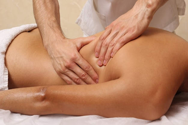 Massage du dos dans le salon spa.