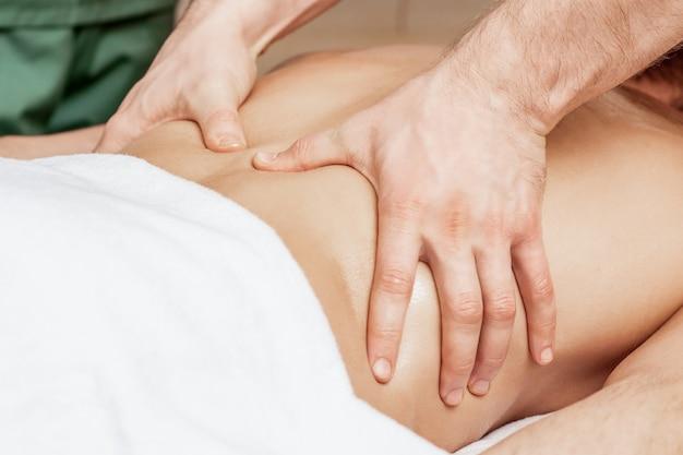 Massage du dos sur le dos de l'homme.