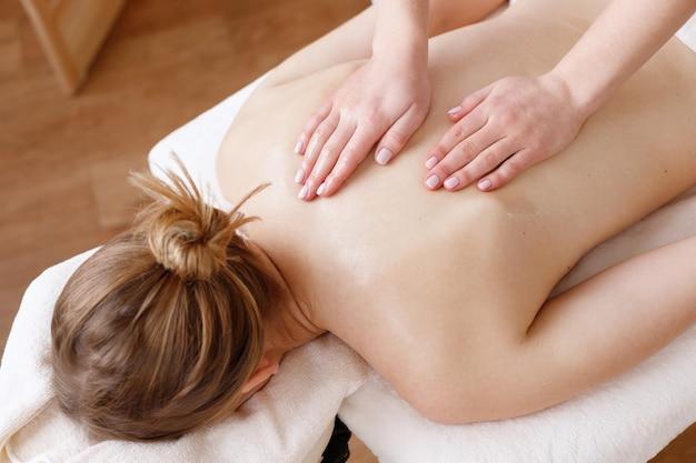 Massage du dos pour la fille dans le salon