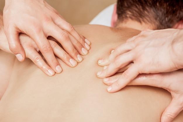 Massage du dos à quatre mains