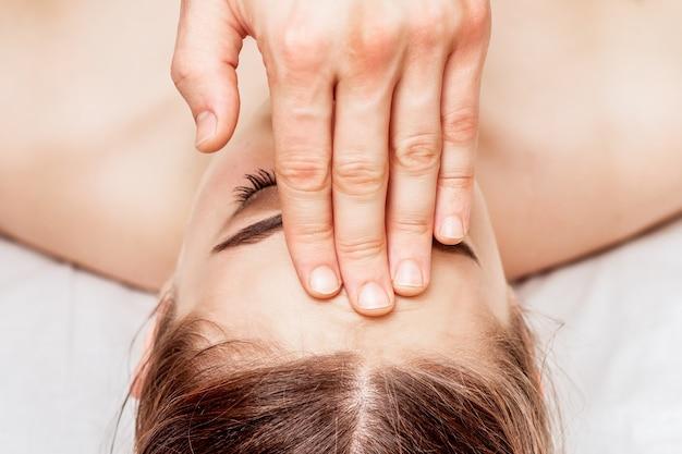 Massage du front de la femme.